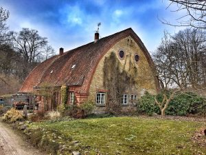 Why looking so sad, old house?